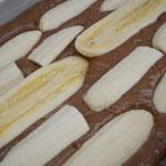 É opcional colocar bananas em cima da massa no tabuleiro