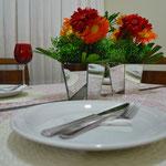 As gérberas em um arranjo baixo no centro da mesa