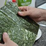 Dobre a folha de alga ao meio e rasgue-a