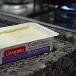 Coloque duas colheres fartas de cream cheese