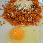 Acrescente o ovo e misture tudo