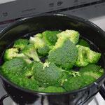 Brócolis sendo cozido