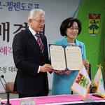 Beide Bürgermeister haben den Partnerschaftsvertrag soeben unterzeichnet.