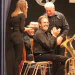 Lea Speck überreicht dem Musiker des Jahres seine Ehrentorte