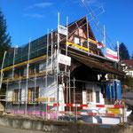 Dach fertig gedeckt und es wird mit der Aussenisolation angefangen