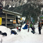 Schneeballschlacht unten im Tal vor der Busabfahrt