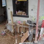 Das Fundament wird mit neuer  Bausubstanz (Beton) unterstützt