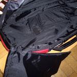 収納サイドはジッパー付き&携帯電話ポケット付き、着脱可能シューズ袋