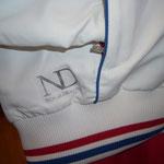 NDのロゴ入り パイピングはブルー