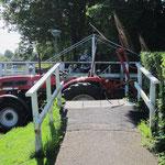 Traktor per Schiff auf dem Weg zum Acker