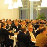 Die erfreulich hohe Teilnehmerzahl beim gemütlichen Abendessen im Kantinensaal