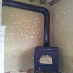 Positionnement du poêle à bois en biais dans le coin du mur (image)