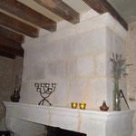 Bandeau et manteau de cheminée taillé par l'Atelier de la Pierre