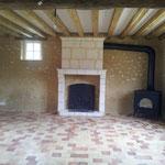 Installation d'un poêle à bois Dutchwest sur le côté de la cheminée du salon