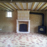 Installation d'un poêle à bois Dutchwest sur le côté de la cheminée du salon (image)