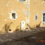 Intégration fontaine en pierres neuves patinées et sorties grilles de ventilation (photo)