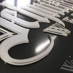 Exklusives Firmenschild Weingut Zehntkeller. Einzelne 3D-Buchstaben aus Acrylglas vorderseitig mattiert