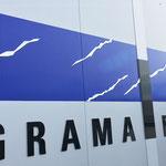 Hallenfassade mit Firmenlogo aus Acrylglas-Einzelbuchstaben und Folienbeklebung