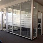 Glasdekorfolie Büroräume, Satinierung mit Mattglasfolie, Sichtschutzbeklebung