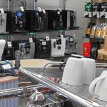 Showroom mit Vollautomaten und hochwertigen Siebträgermaschinen
