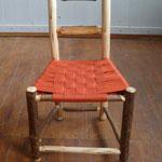 Wildholz-Kleinkindstuhl aus Haselnuss, Sitzfläche gewebt aus rotem Sitzgurtband, 2016