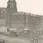 Fachadas Oeste y Sur de la parroquia hacia 1921. En la torre se observa una arcada cegada en la zona Oeste y el reloj de cuatro esferas en la base de la cúpula, en la que aún no estaba el Sagrado Corazón de Jesús.