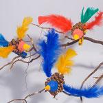 Oiseaux modelés sur pommes de pin