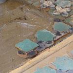 """Début de la pose sur mortier frais d'un nouveau """"tapis"""" de carreaux (zone rectangulaire ou carrée) (Socra, 2013)"""
