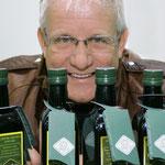 HellaSan Chef Rudolf Linek freut sich über die ABfüllung des Olivenöls und kann es nicht erwarten es mit nach Deutschland zu nehmen