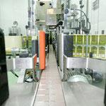 Automatisch werden die Etiketten auf den Olivenölflaschen angebracht