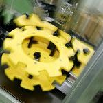 Speziell angefertigte Förderbänder automatisieren die Abfüllung, die Etikettierung und die Versiegelung der Flaschen