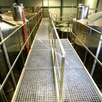 Hier, in diesen riesigen Behältern, wird das Olivenöl fachgerecht gelagert