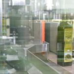 Weiter geht es für die Olivenöl-Flaschen zur Versiegelung