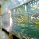 Auch große Olivenöl Kanister werden abgefüllt
