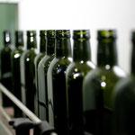 Die Abfüllung des Olivenöls in die entsprechenden Flaschen