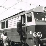 """SU46-018 w peronach stacji J.Góra z poc. Frankfurt M.-Warszawa, 31.08.1985, fotografia z """"Kronika MD J. Góra od roku 1982"""""""