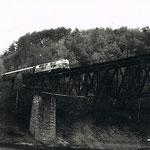 Pociąg lokalny na trasie Jelenia G- Lwówek wjeżdża na most nad Jez. Pilchowickim ok. 1986r. ze zb. R.Łabudy
