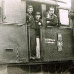 TKt-2 -26 z maszynistą Stanisławem Krysiakiem w oknie i pomocnikiem Czesławem Guwerem w drzwiach ok. 1959, ze zb. K.Krysiaka