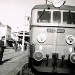 ET21-233 przy pociągu osobowym do J.Góry- Wrocław Św. ok 1991, ze zb. K.Krysiaka