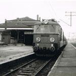 ET21-233 przy pociągu osobowym do Rawicza- Węgliniec ok 1991, ze zb. K.Krysiaka