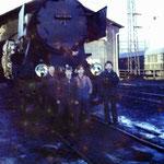 Ucznoiwie szkoły przyzakładowej na terenie lokomotywowni. W tle Ty2-639. Ze zbioru S.Kani