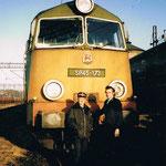 Maszynista R. Łabuda (po lewej) i masz. H.Magoń przy SP45-173 na stacji Lubań