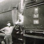Ty2-1316 z obsługą na stopniach lokomotywy pomocnik Krzysztof Krysiak, obok stoi maszynista Mieczysław Michalczuk ok. 1974 Rębiszów, ze zb. K.Kysiaka