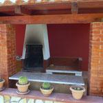 Grillbereich unter überdachter Terrasse