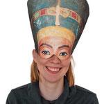 Nofretete-Maske getragen