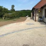 préparation de la cour en calcaire avec des lignes de pavés et motif en pierre naturelle