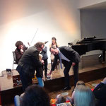 Oberbürgermeister Matthias Braun unterstützt bei den Klangexperimenten
