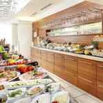 Reichhaltiges Frühstücksbuffet mit regionalen Produkten