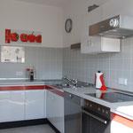 Küche mit Spülmaschine, Ceranfeld, Umluftbackofen, Microwelle, Kühl-Gefrierschrank