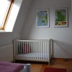 Einzelzimmer im Obergeschoss mit Kinderbett und Schleiblick